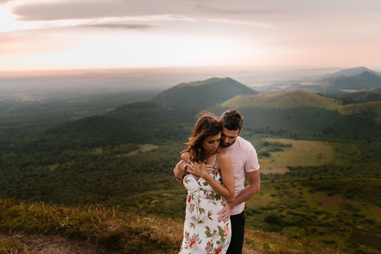 Séance couple dans les volcans auvergnats, Priscillia Hervier, photographe auvergne, Clermont Ferrand