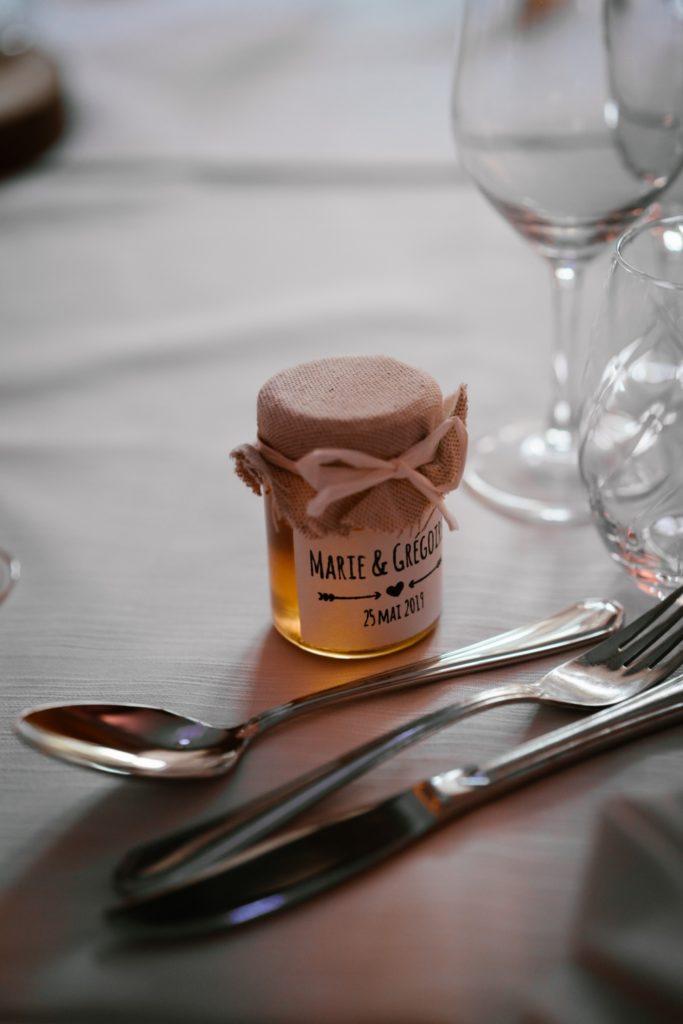 des petits pots de miel, cadeaux pour invités au mariage, Priscillia Hervier, photographe auvergne