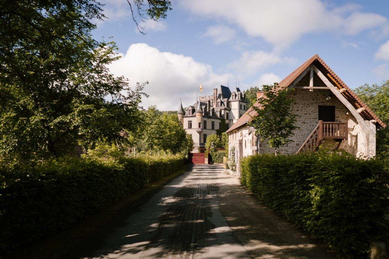 Mariage intime au château de Miremont, en Auvergne, par Priscillia Hervier, photographe de mariages près de Clermont Ferrand