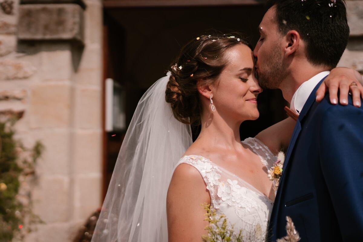 sortie d'église avec confetti, priscillia hervier photographe de mariage en Auvergne
