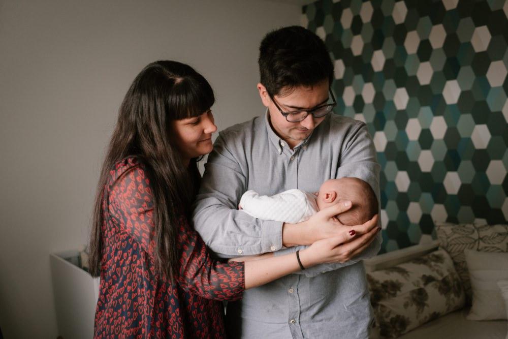 Première séance photo de bébé à la maison, shooting cosy